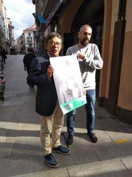 Sánchez Ramos y José Castellanos con el cartel de la Noche Blanca