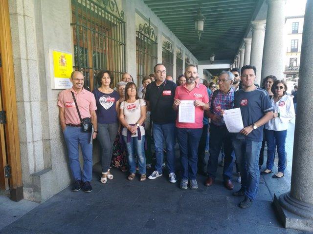Líderes de CCOO y UGT entregan peticiones