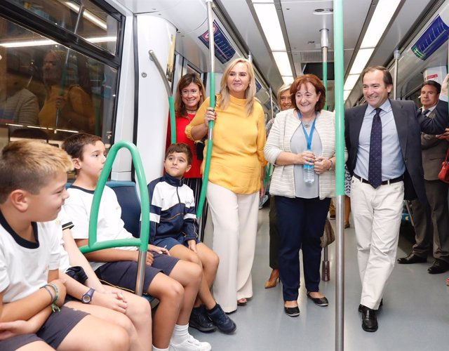 Rosalía Gonzalo y Borja Carabante con escolares en un tren de Metro de Madrid