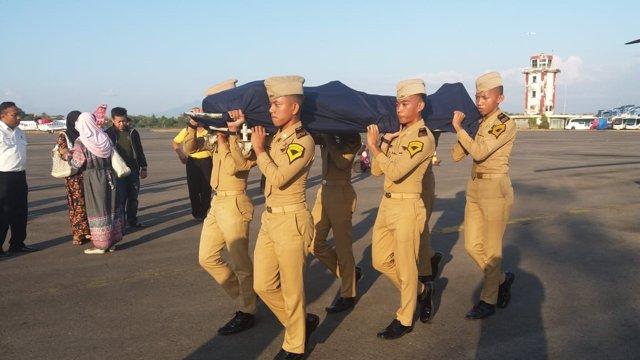 Foto del féretro del controlador aéreo Agung siendo transportado por soldados
