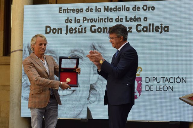 Calleja recibe la Medalla de Oro de la provincia de León.