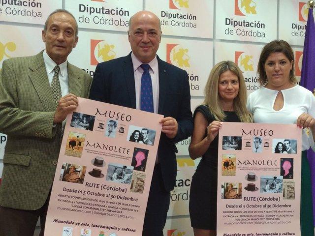 Antonio Ruiz (segundo por la izda.) presenta el 'Museo de Manolete'