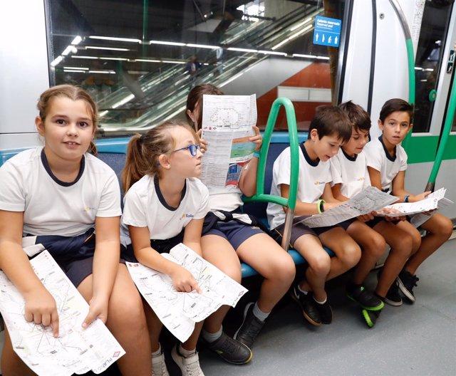 Escolares durante una visita a un tren de Metro de Madrid