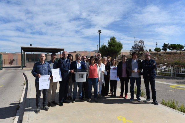Miembros de JxCat ante la cárcel de Lledoners