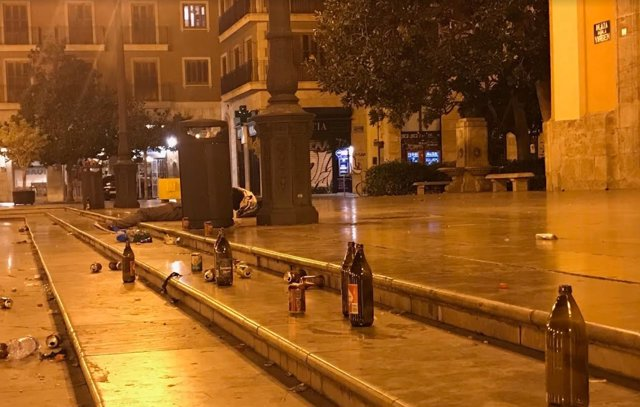 Restos de botellón en la Plaza de la Virgen