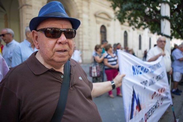 Un pensionista participa en la manifestación