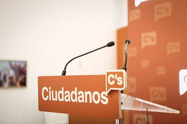El logo de Ciudadanos (Cs) en un atril en una sala de prensa