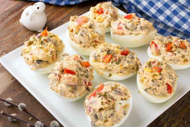 Huevos rellenos con sobras de pescado