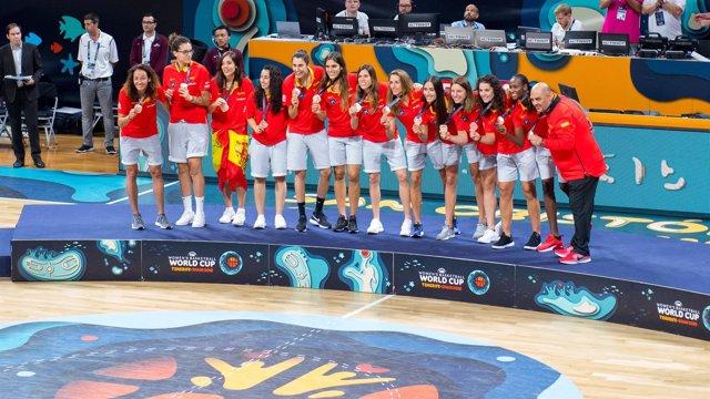 Las jugadores de la selección femenina de baloncesto celebran su bronce