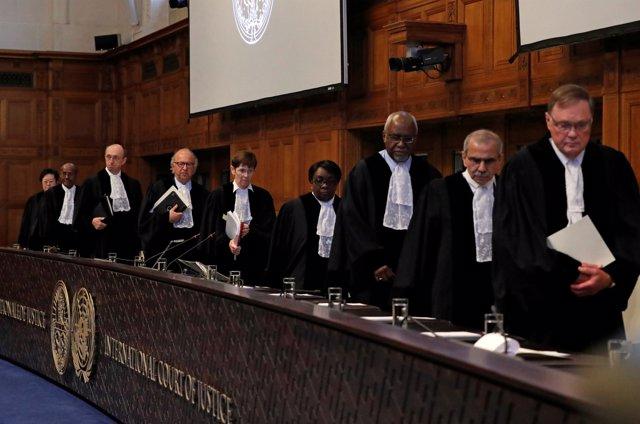 Los jueces de la CIJ durante la lectura del fallo al caso entre Bolivia y Chile