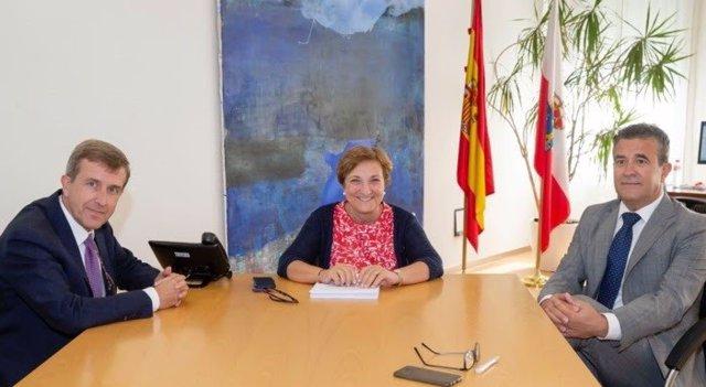 Javier García-Samanigeo con Luisa del Real, consejera cántabra de Sanidad
