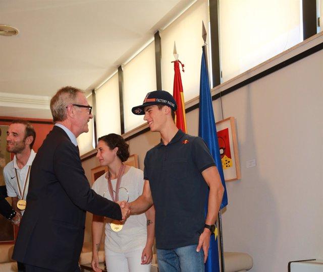 El ministro José Guirao estrecha la mano de Jorge Prado