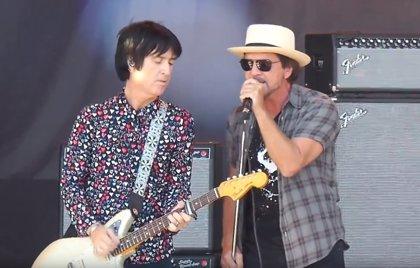 VÍDEO: Eddie Vedder canta un gran clásico de The Smiths con Johnny Marr