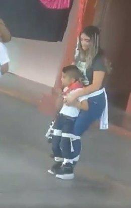 Profesora baila con alumno discapacitado