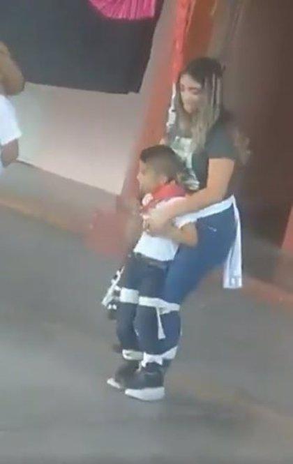 Una maestra mexicana ayuda a un alumno discapacitado a participar en una coreografía junto a sus compañeros