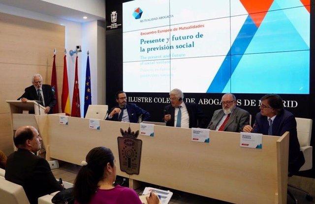 Presidentes de mutualidades europeas de abogados en una mesa redonda en Madrid
