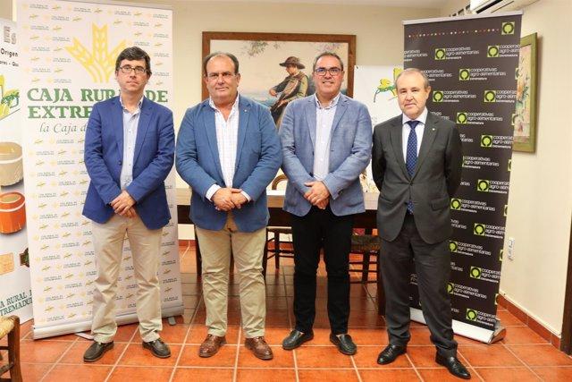 Autoridades en la firma entre Caja Rural de Extremadura y cooperativas