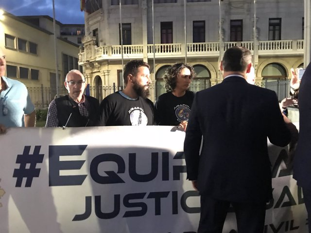 Ábalos atiende a miembros de Jusapol en Santander