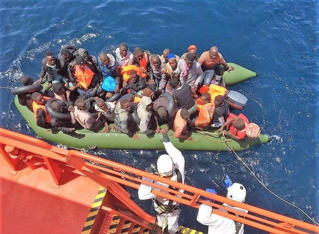 Salvamento Marítimo en el dispositivo de rescate de una patera