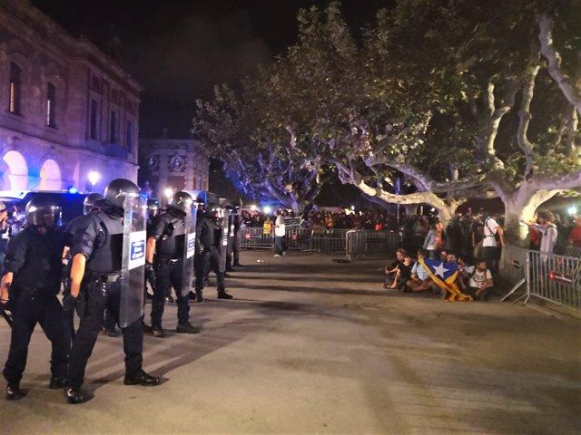 Via Laietana tras los disturbios tras la manifestación del 1-O en Barcelona
