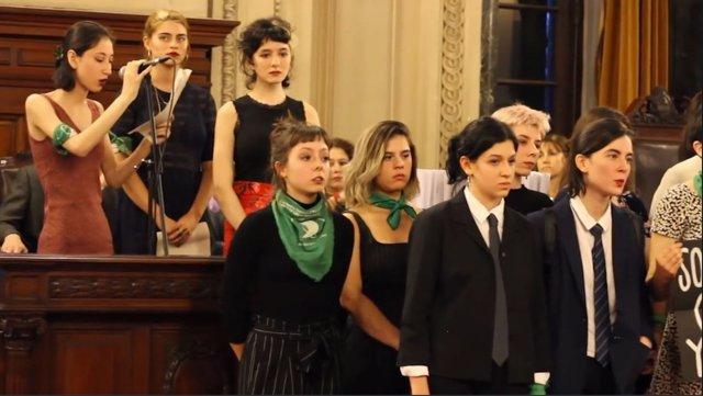 Exalumnas del Colegio Nacional Beunos Aires emitiendo el discurso