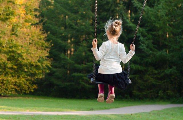 Niña, columpio, niña jugando, calzado infantil