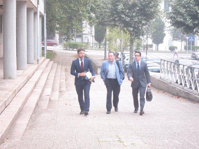 El gerente de seguridad en el noroeste de Adif, Fernando Rebón, en el medio
