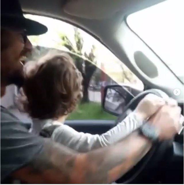 Daniel Osvaldo conduciendo con su hijo menor