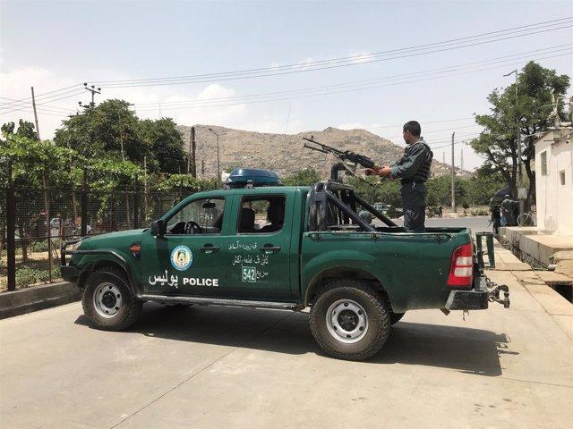 La Policía poco después de un atentado suicida durante una reunión por la paz