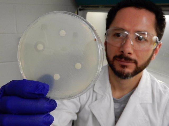 El Dr. Mario D. Garcia, de UQ, realiza uno de los muchos experimentos