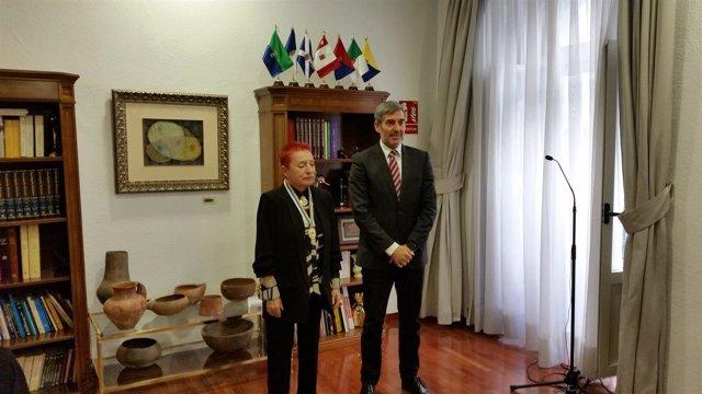El presidente del Gobierno canario, Fernando Clavijo, y la artista Concha Jerez