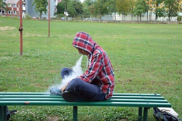 Fumador, fumando, humo, cigarro, cigarrillo, parque, joven, vapear, vapeando