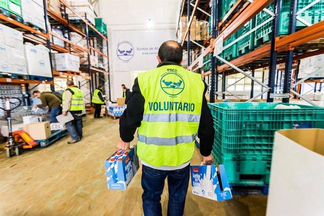 Voluntaris de la Federació Espanyola de Bancs d'Aliments (FESBAL) gestionant els