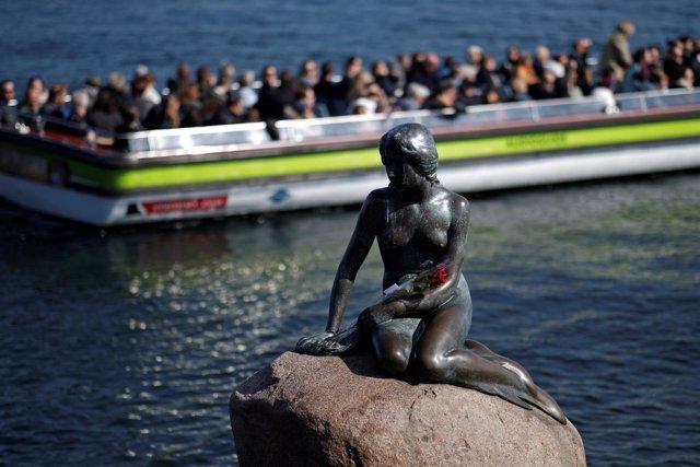 Turistas junto a la sirena de Copenhague