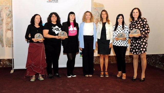 Foto de familias de las premiadas con Alicia Garci 5-10-2018