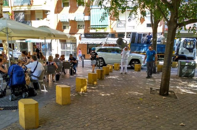 Retirada de veladores en la calle Crédito de Sevilla