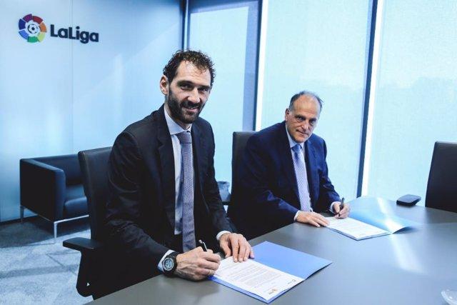 Garbajosa y Tebas firman el acuerdo entre FEB y LaLiga