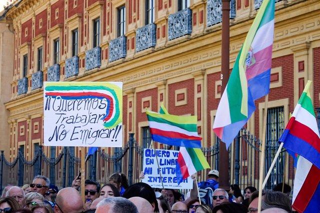 Concentración de 'Todos a una por Linares' ante el Palacio de San Telmo