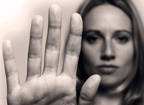 Una mujer levanta su mano en señal de stop