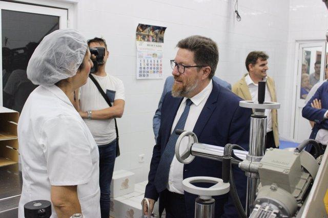 Rodrigo Sánchez Haro visita la cooperativa apícola Sierras Andaluzas.