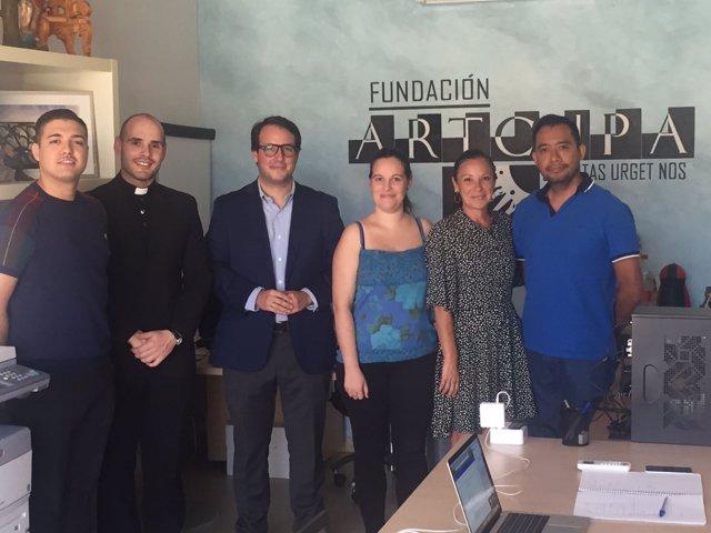 El diputado Fernando Giménez, junto a miembros de la Fundación 'Artcup'.