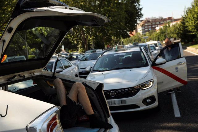 Los taxistas ocupan la Castellana de Madrid por la huelga del taxi