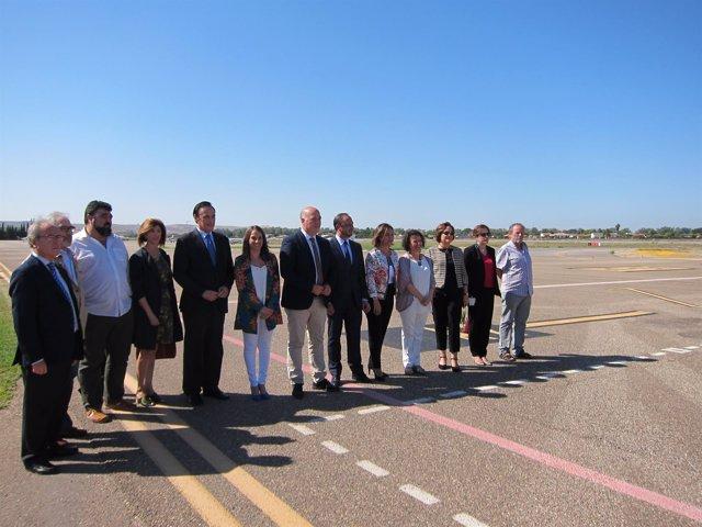 Gómez de Celis (centro) y el resto de autoridades a pie de pista del Aeropuerto