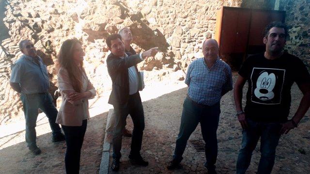 Visita a las obras en el castillo de Cumbres Mayores.