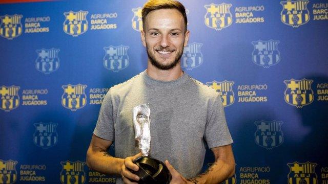 El jugador del FC Barcelona Ivan Rakitic recibe el premio 'Barça Jugadors 2018'