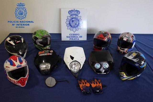 Imagen de los cascos y máscaras empleadas en los robos
