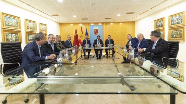 López Miras mantiene una reunión con empresarios y sindicatos