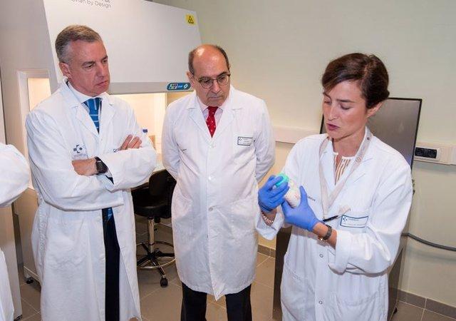 El lehendakari visita el Banco de Leche de Euskadi (archivo)