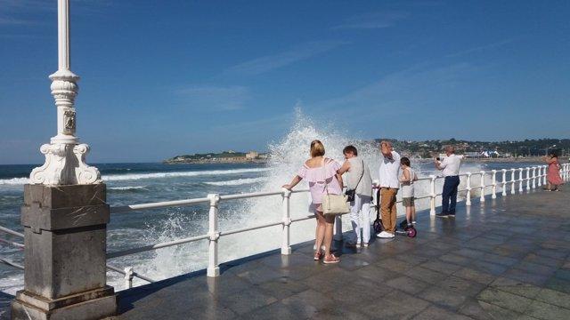 Olas en San Lorenzo, playa de Gijón