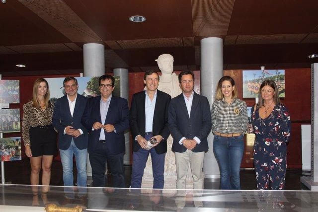 Los diputados Ángel Escobar y Antonio J. Rodríguez, en la inauguración.